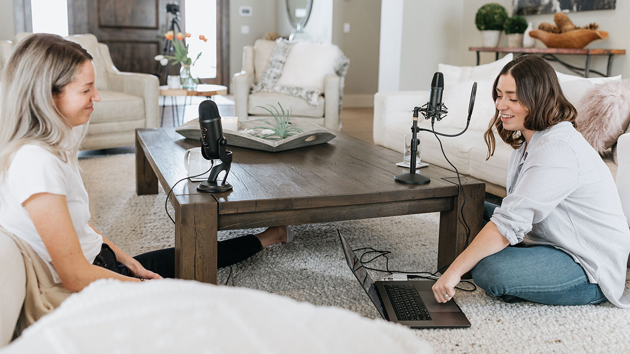 Zwei Frauen die einen Podcast aufnehmen