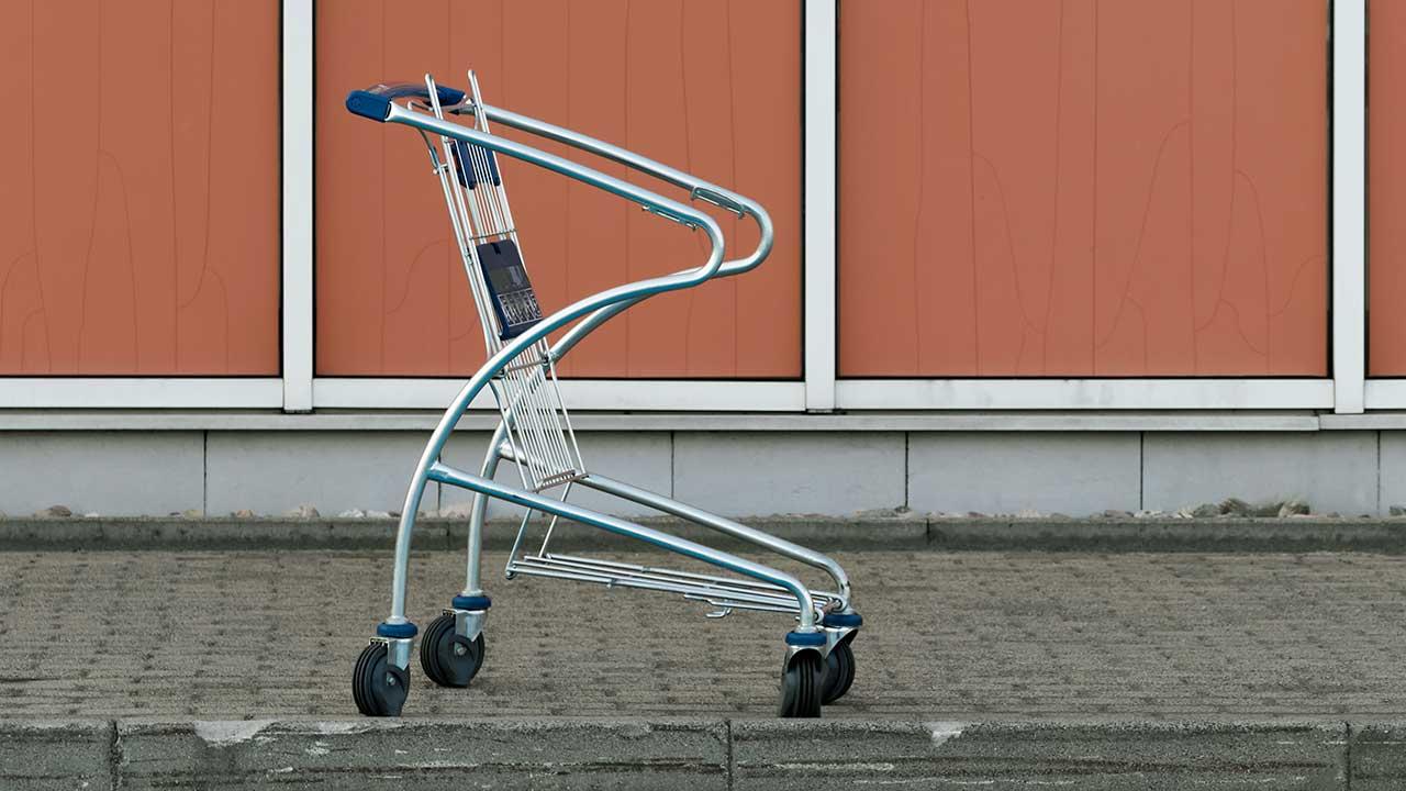 Leerer Einkaufswagen vor einem polnischen Einkaufszentrum | (c) Pawel Czerwinski/Unsplash