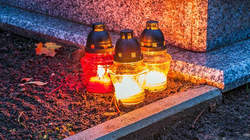 Kerzen an Allerheiligen auf einem Friedhof in Polen | (c) 123rf