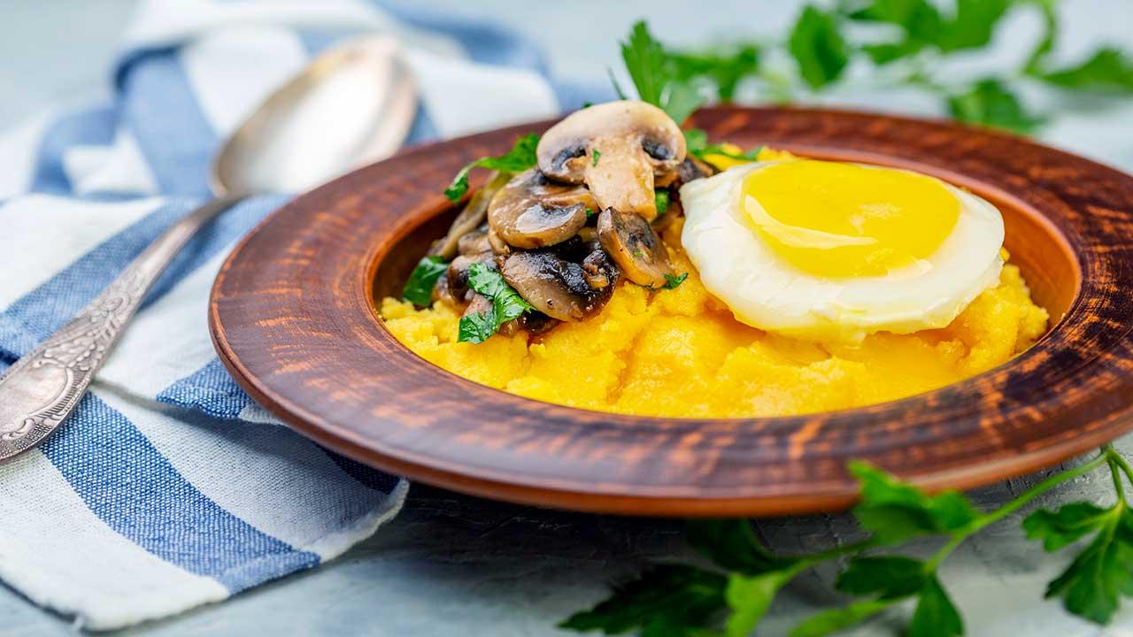 Polenta mit Ei, Pilzen und Petersilie