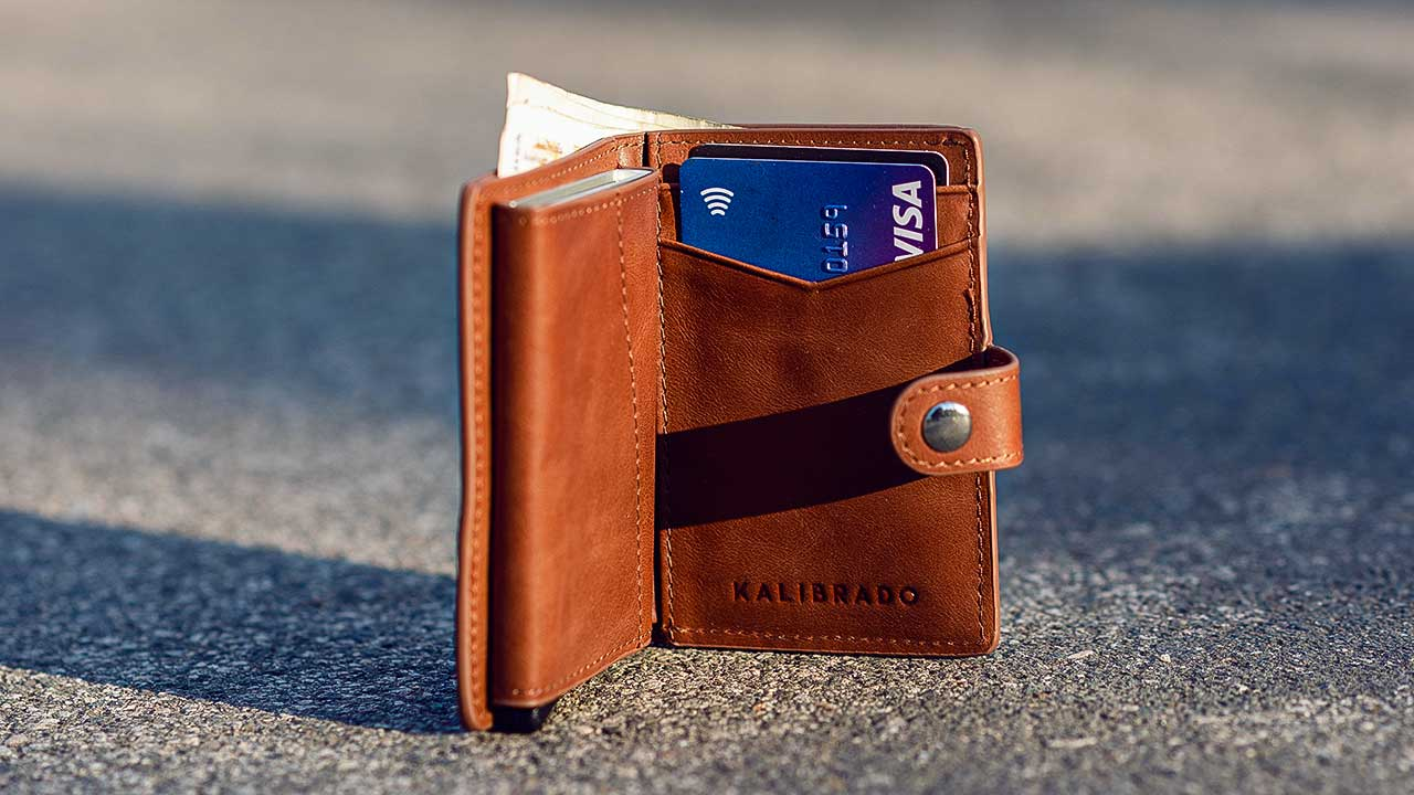 Verlorenes Portemonnaie auf einer Strasse