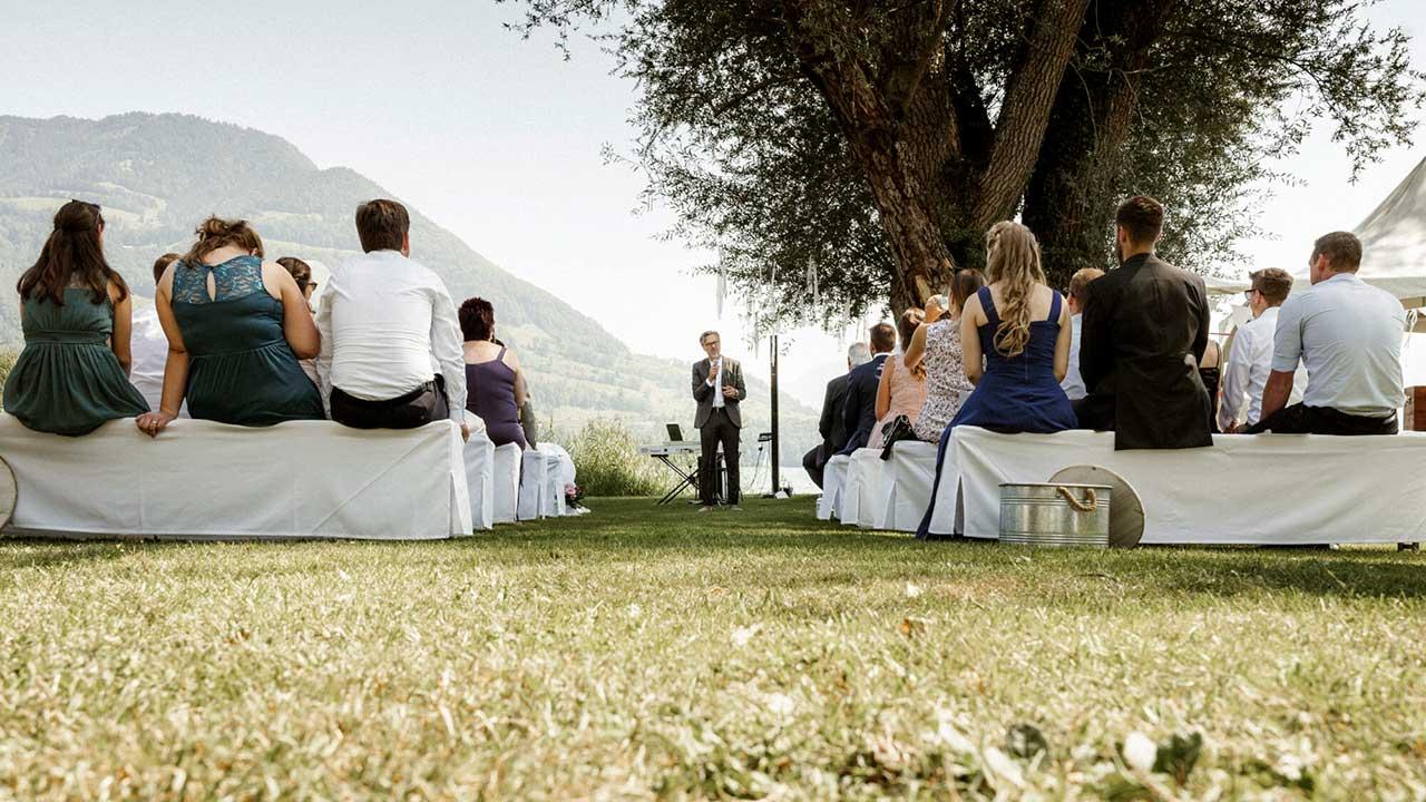 Zeremonienleiter Primo Cirrincione leitet eine Eheschliessung