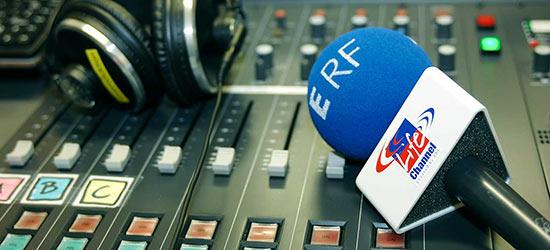 Mischpult mit Mikrofon und Kopfhörer, anno 2006   (c) ERF Medien