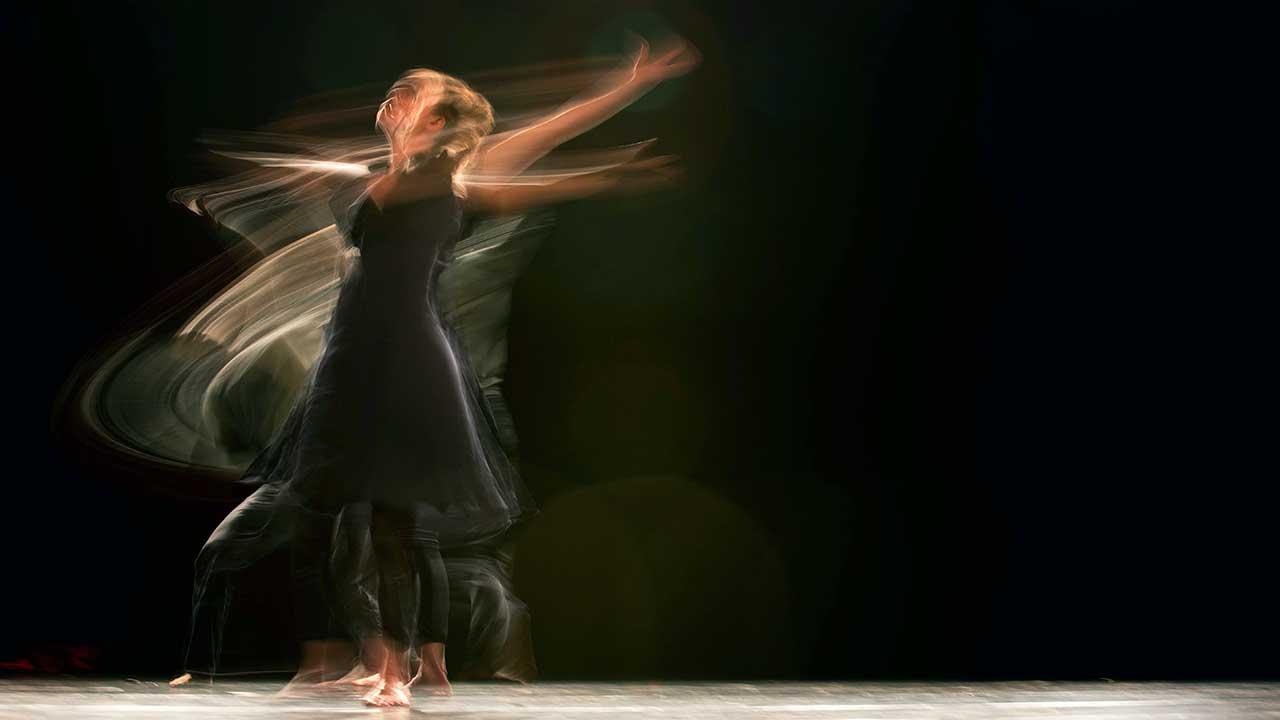Verschwommen eingefangene Bewegung einer Tänzerin