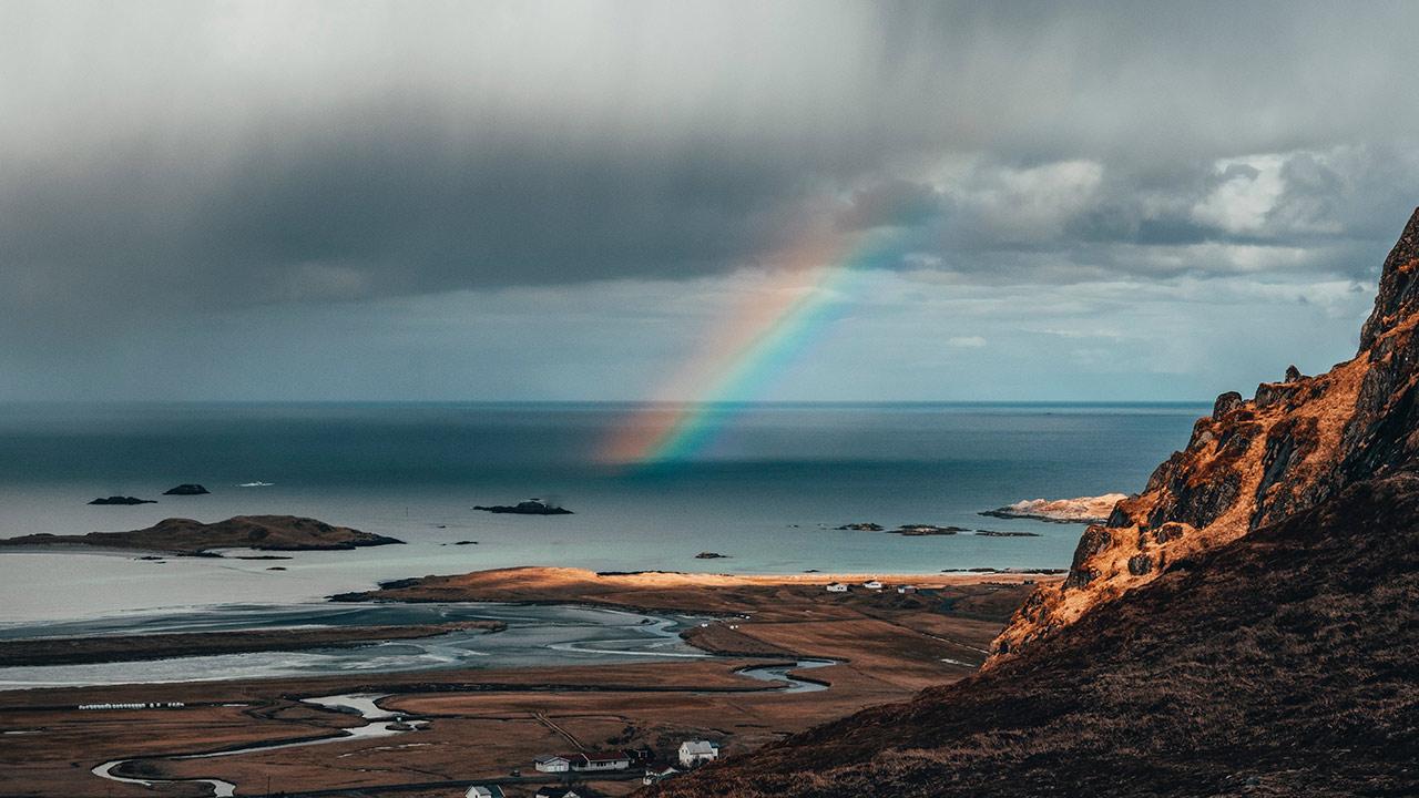 Ein Regenbogen inmitten einer Regenwolke.