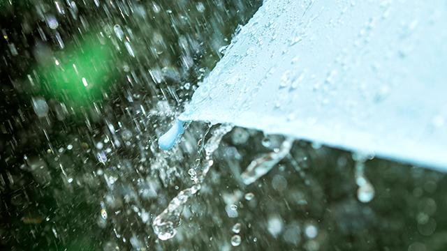 Regentropfen und Wasserspritzer