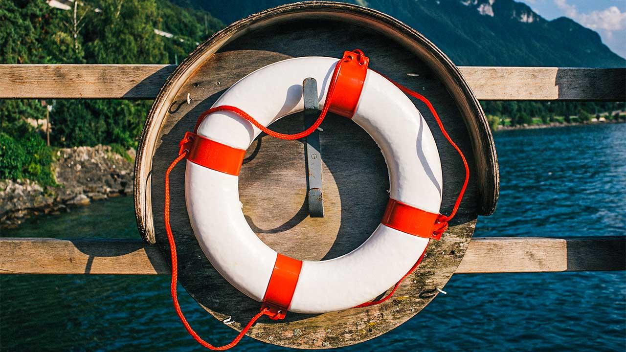 Rettungsring an einem Holzgeländer
