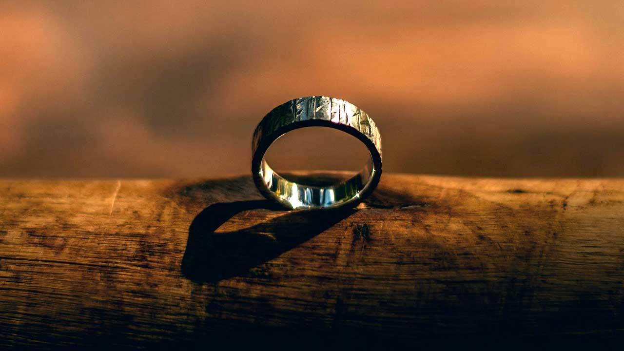Ring auf einem Baumstamm