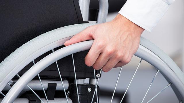 Mann in Rollstuhl | (c) Fotolia
