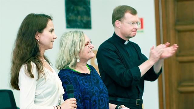 Katharina Fuchs (links) mit zwei Kollegen (c) Zentrum für Kinderschutz