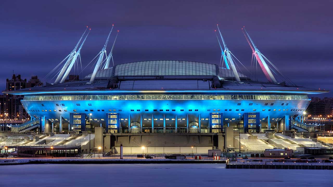 Krestowski-Stadion in St. Petersburg nachts