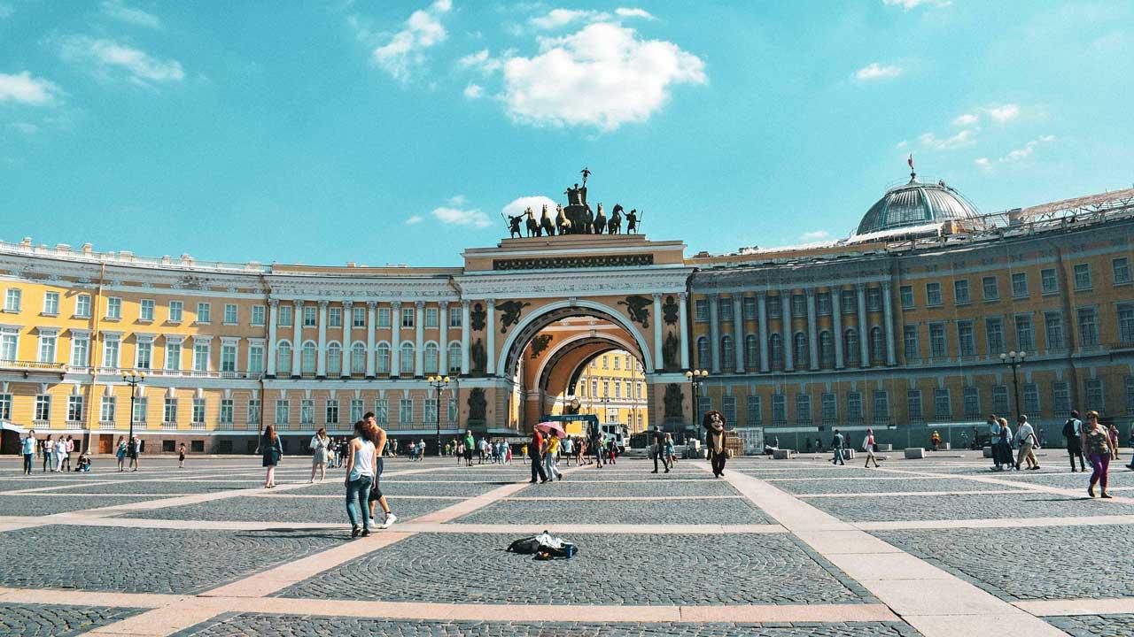 Menschen flanieren auf einem Platz in St. Petersburg
