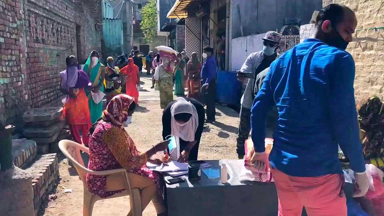 Einheimische mit Schutzmasken in einem Einsatzgebiet von SAM global