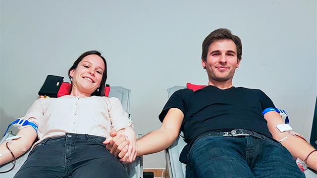 Ein Paar spendet Blut