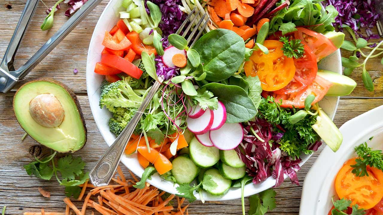 Schüssel mit diversen Salat