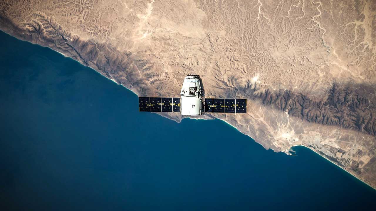 Satellit über Küste aus der Vogelperspektive