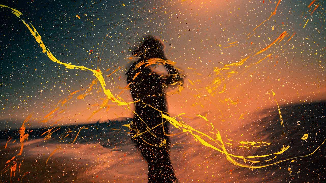 farbiges, kreatives Foto in Rot- und Gelbtönen und dem Schatten eines Menschen