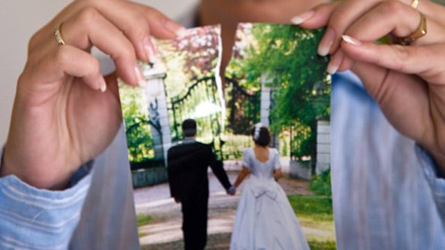 Mann verreisst Hochzeitsfoto | (c) Fotolia