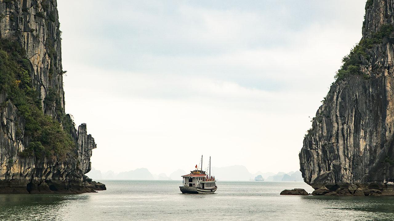 Schiff zwischen Bergen | (c) REVOLT, unsplash.com