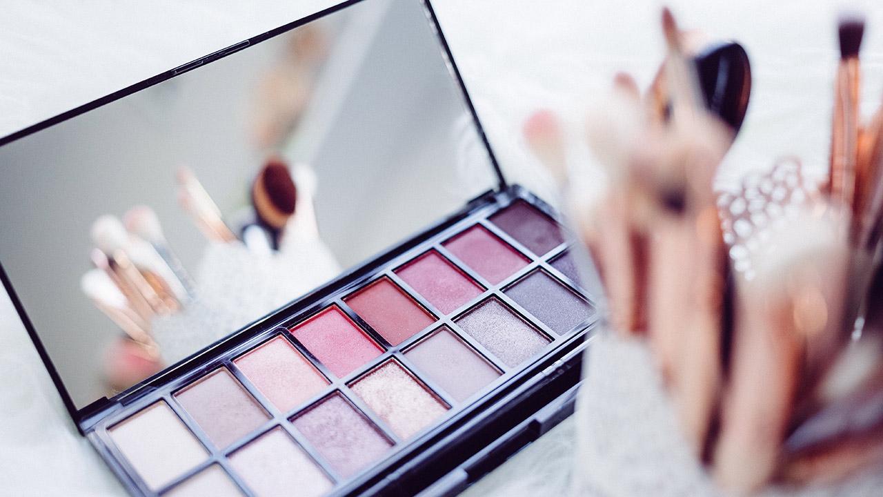 Make-Up-Utensilien auf einem Tisch.