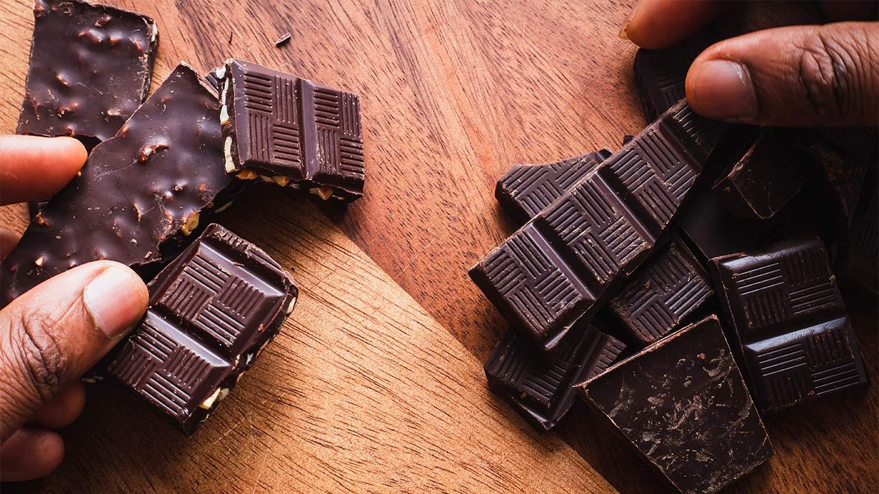 Schokoladenstücke auf einem Tisch