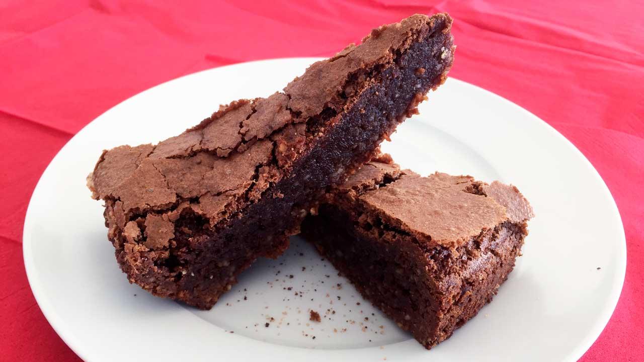 zwei Stück Schokoladekuchen auf einem Teller