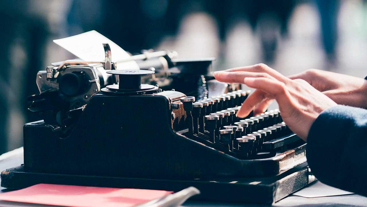 Hände tippen auf Schreibmaschine