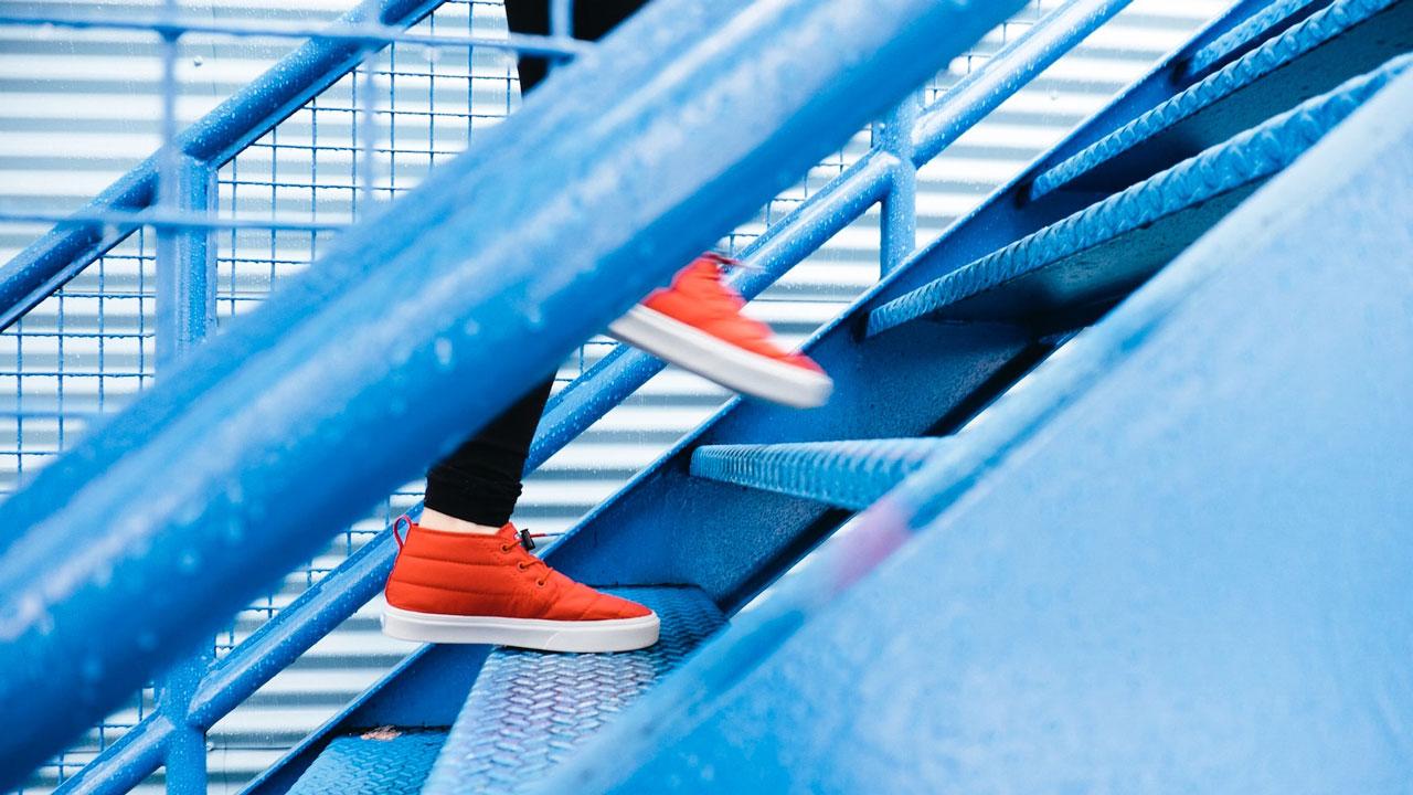 Eine Person beim Treppensteigen