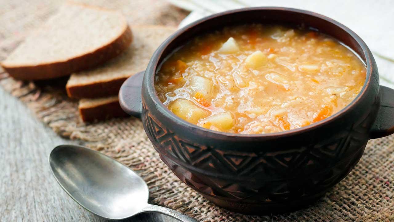 Suppe mit Kartoffeln und Sauerkraut