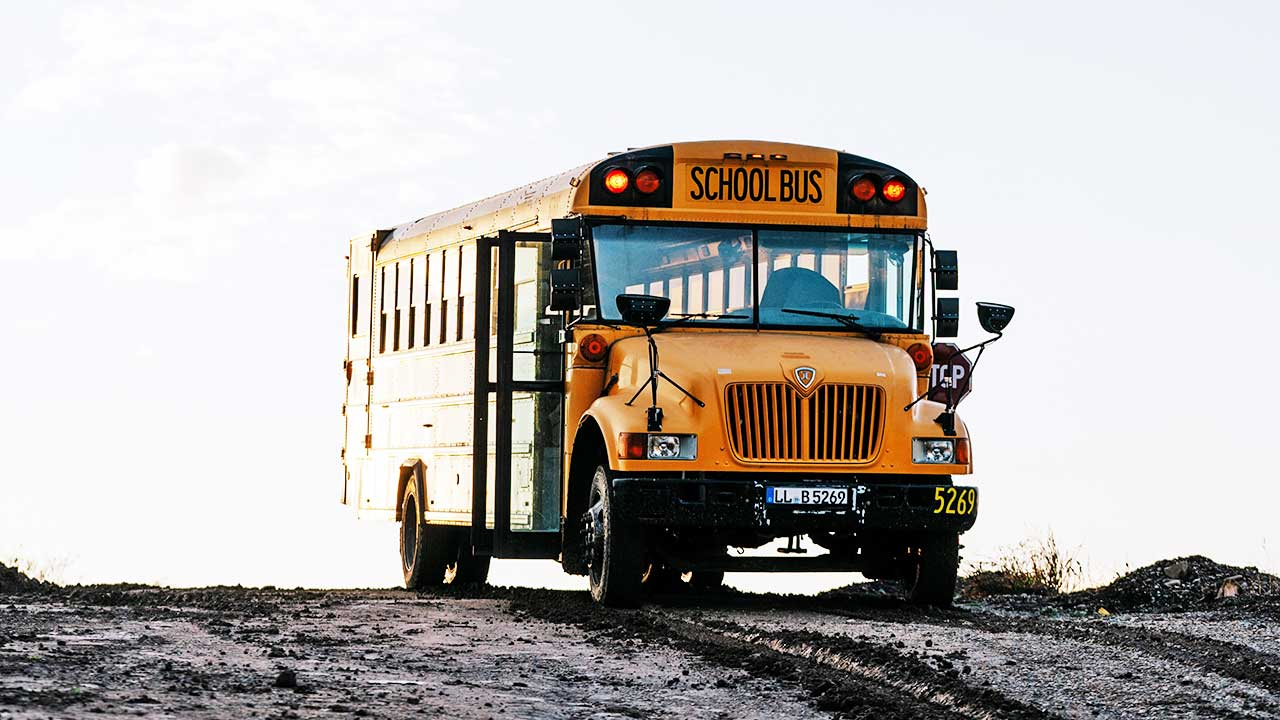 Gelber Schulsbuss auf einer Erhebung