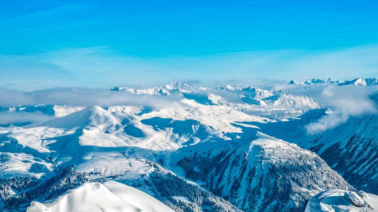 Berge in der Region Arosa aus der Vogelperspektive