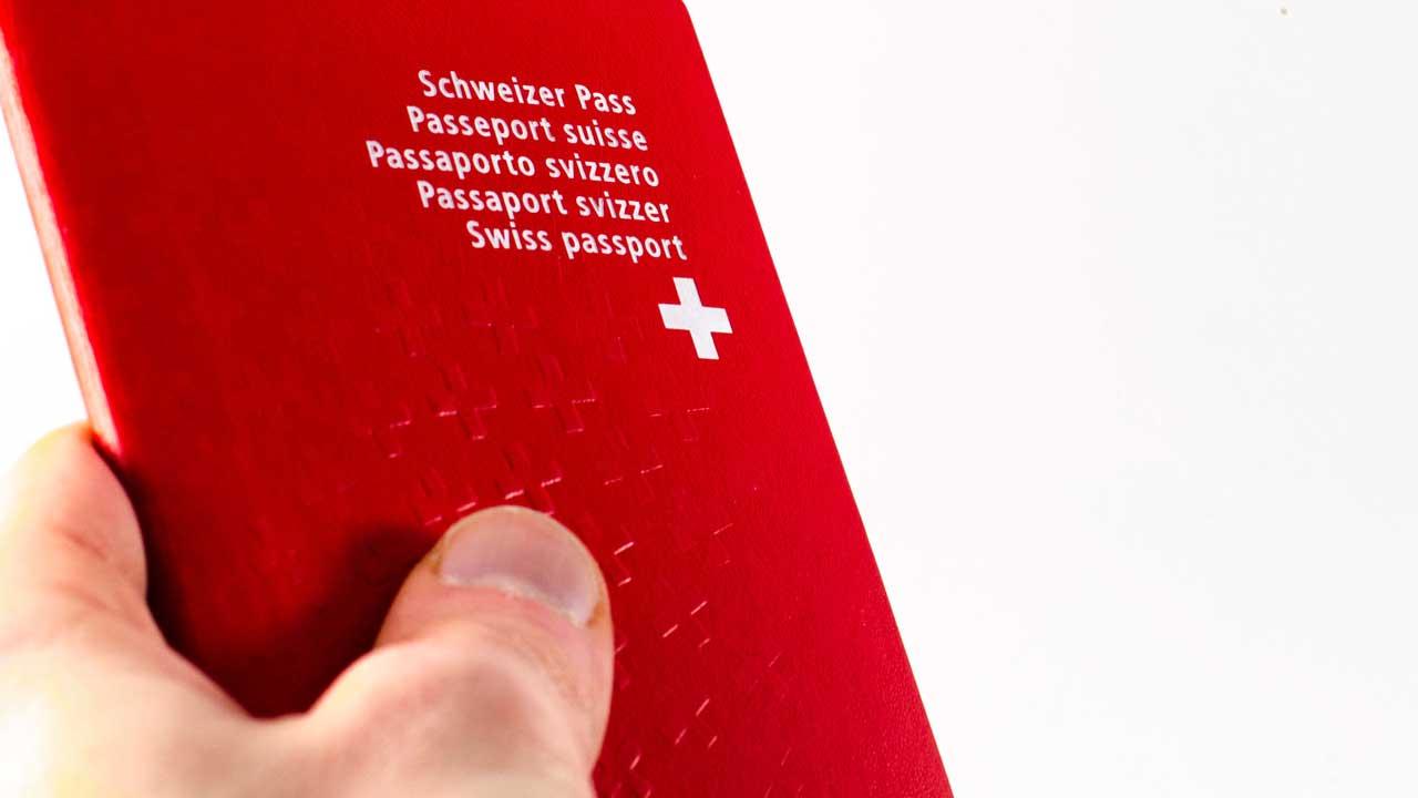 Hand hält Schweizer Pass