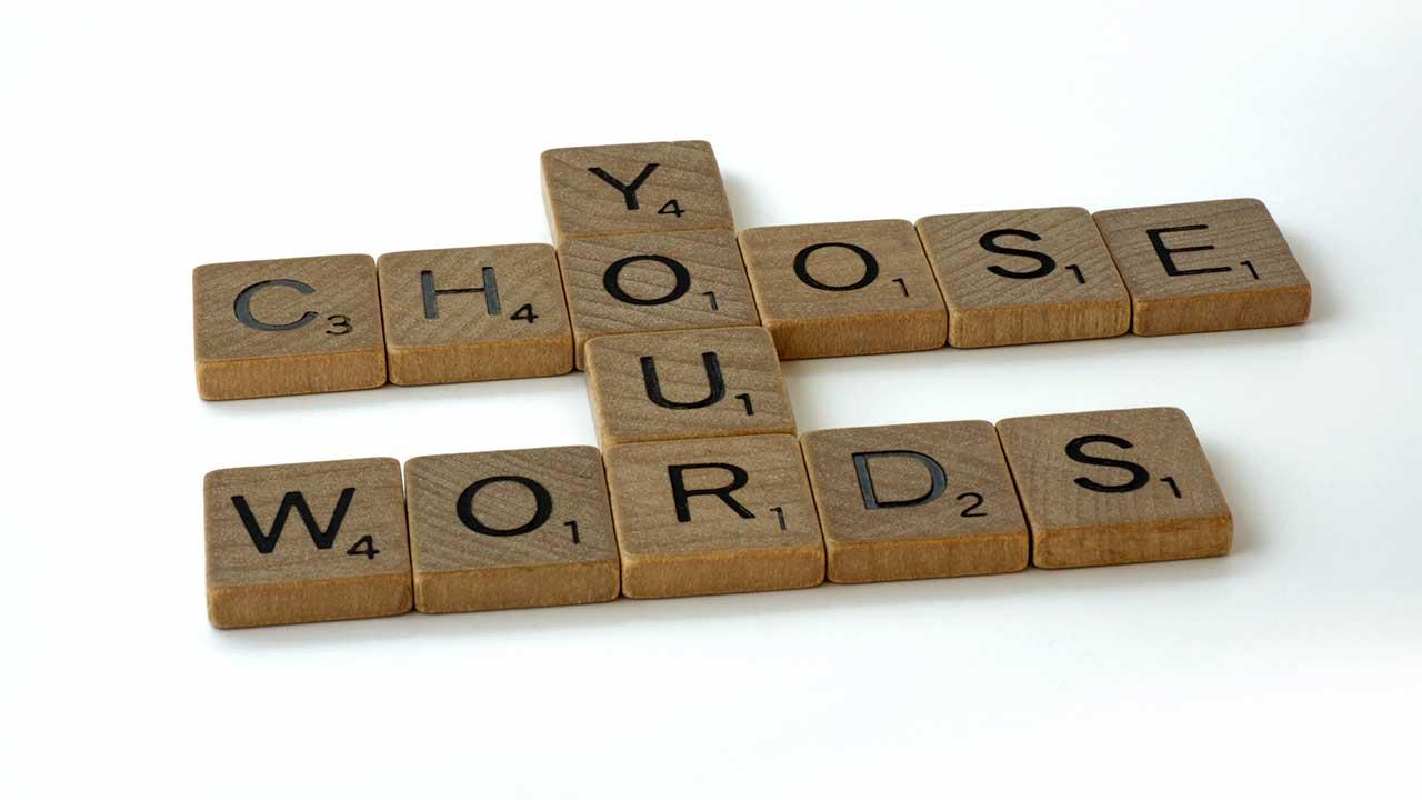 Die englischen Wörter «Choose Your Words» als Scrabble-Klötzchen miteinander verbunden