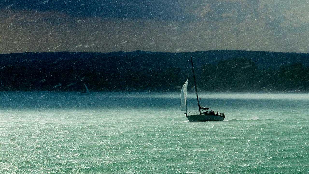 Segelboot im Regensturm