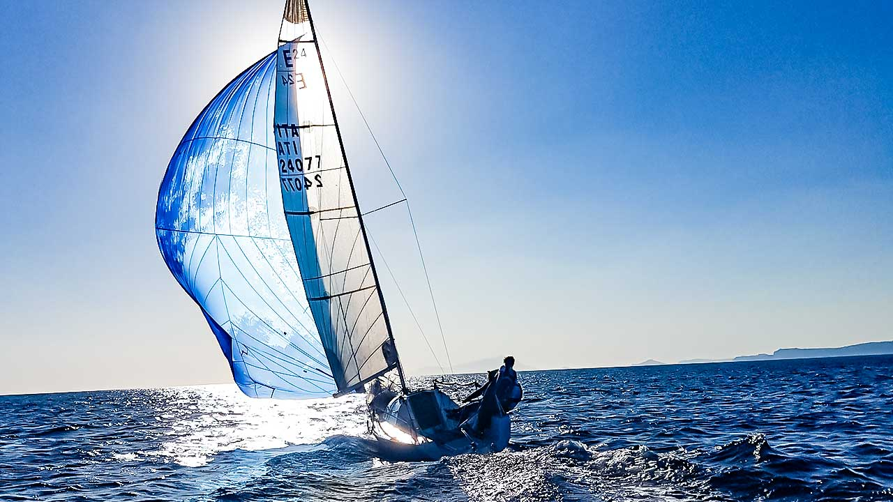 Segelboot unterwegs auf dem Meer