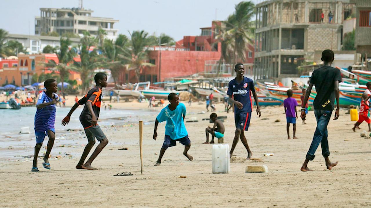 Jugendliche spielen am Strand
