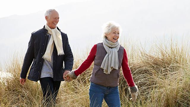 Zuversichtliches Seniorenpaar