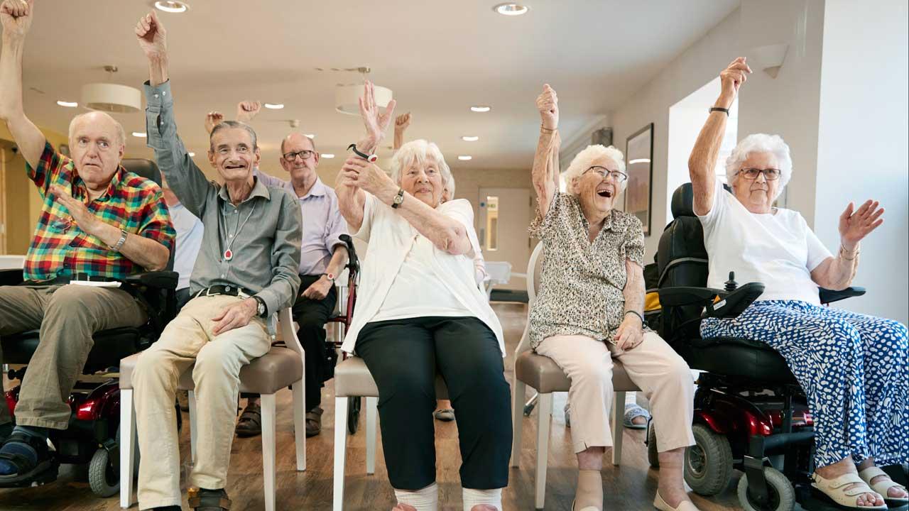 Senioren in einem Altersheim machen Fitness-Übungen