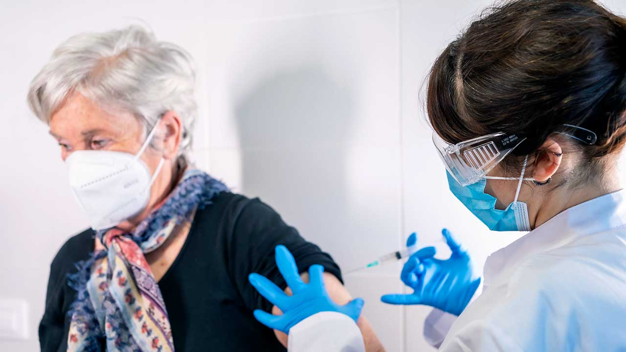 Ärztin impft Seniorin gegen das Coronavirus