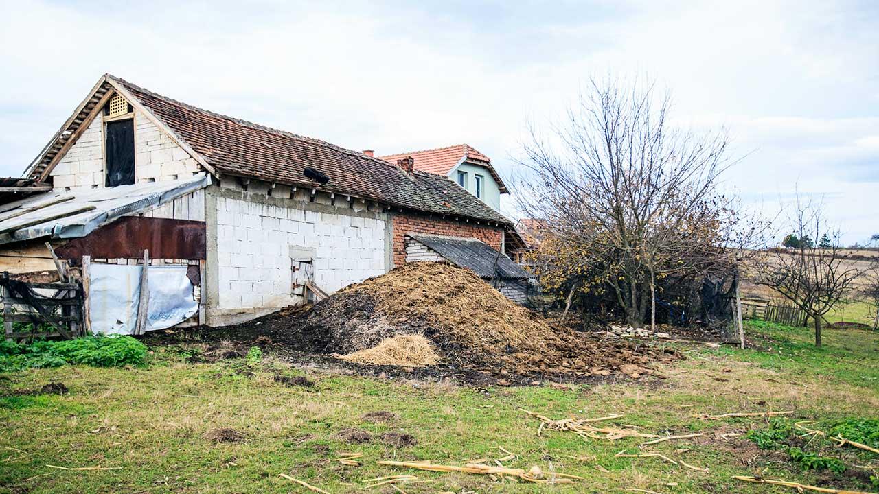 Bauernhaus mit Scheune in einem serbischen Dorf