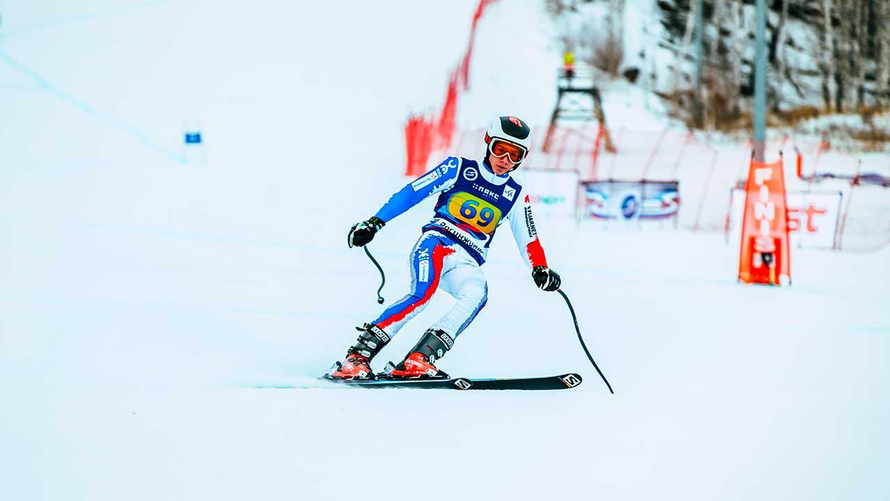 Skirennfahrer nach Beendigung der Abfahrt