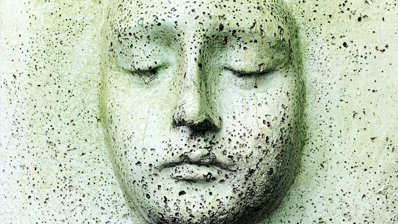 Skulptur eines Gesichts