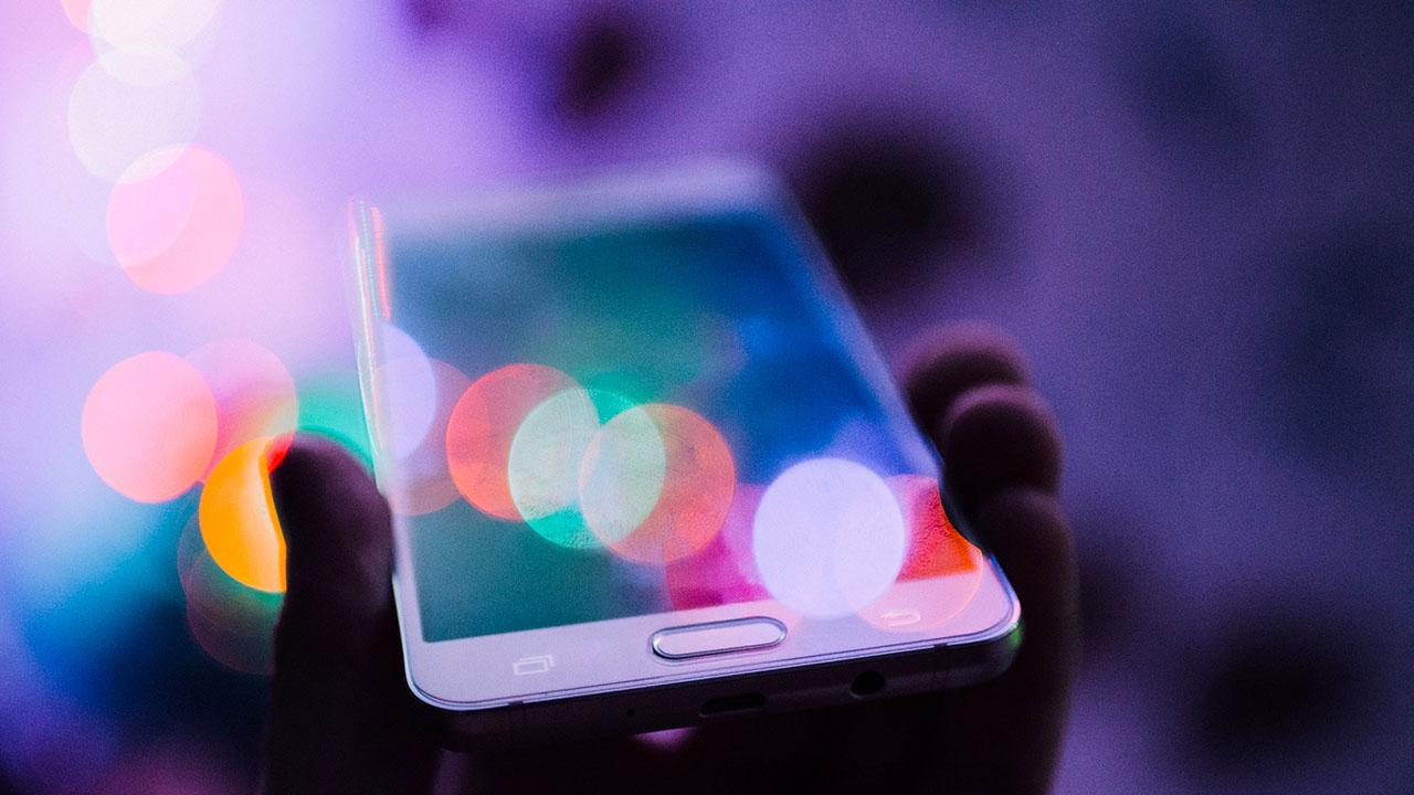 Smartphone Adieu   (c) Rodion Kutsaev unsplash