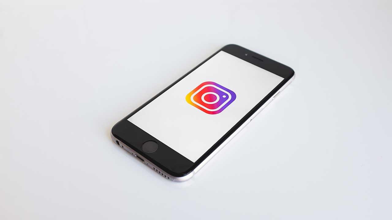Smartphone mit Instagram-Logo