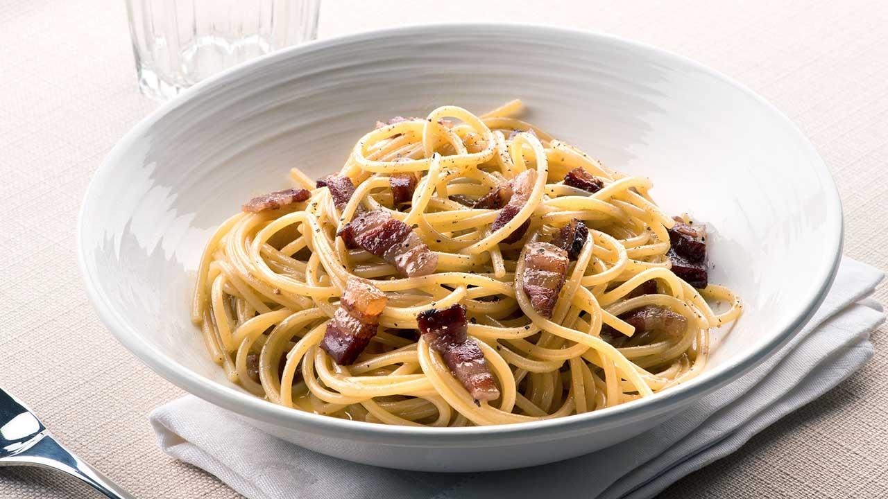 Ein Teller mit Spaghetti Carbonara