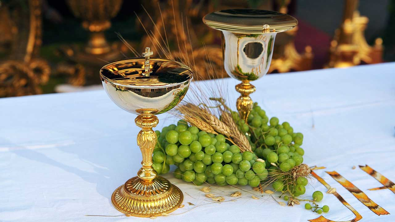 Altar mit Kelchen, Getreide und Trauben während Fronleichnam in Sevilla
