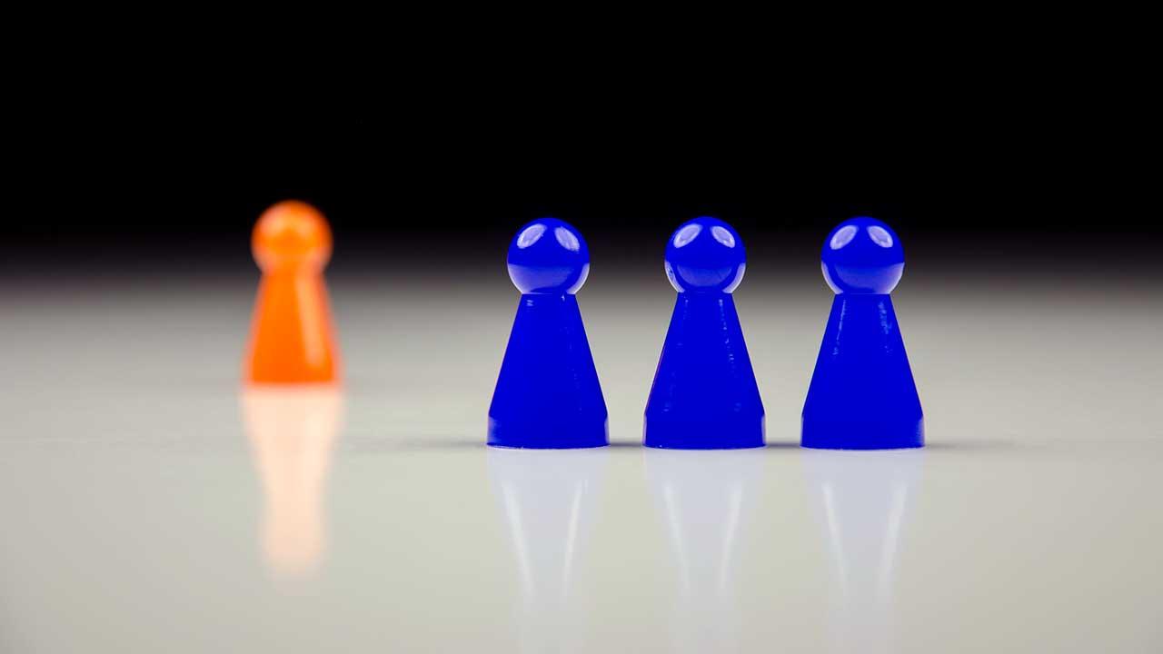 Spielfiguren mit zwei unterschiedlichen Farben