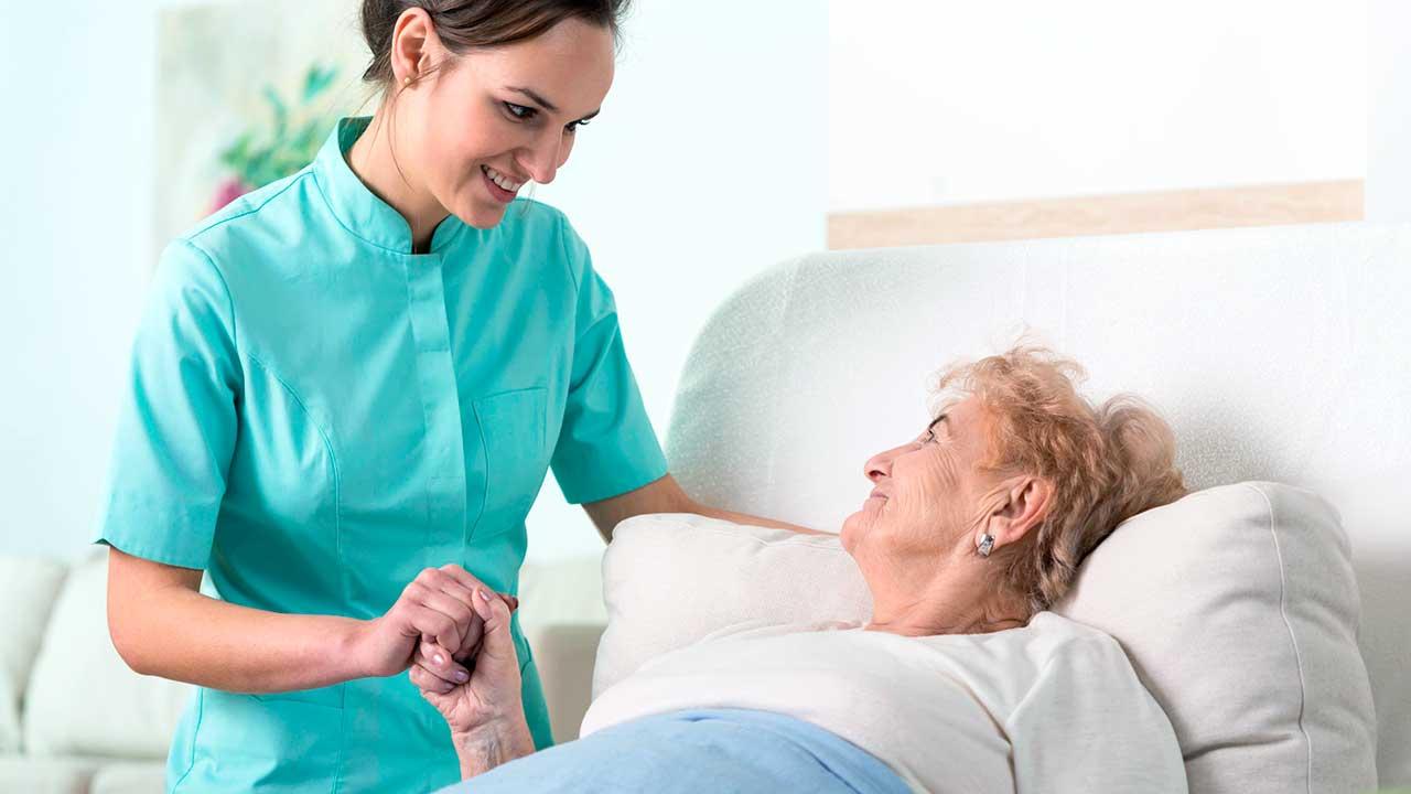Wärme zwischen Pflegerin und Patientin | (c) 123rf