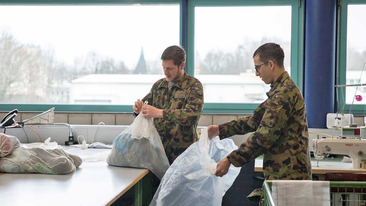 Soldaten des Spitalbataillons 5 im Einsatz in einer Wäscherei