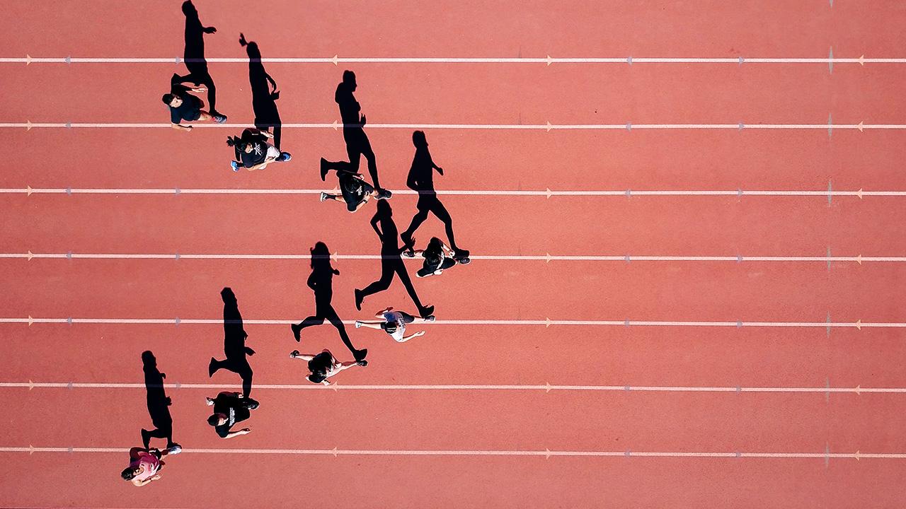 Läufer auf einer Laufbahn aus der Vogelperspektive